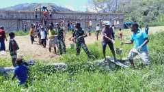 Laksanakan kerja bakti, Satgas Yonif RK 751/VJSjadi promotor dalam pembangunan kantor klasis